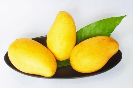 Yellow mango isolated on white background Imagens