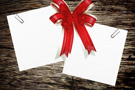 red ribbon satin gift bow and paper note. Stock Photo - 8399928