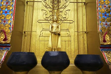 limosna: Limosnas del monje taz�n en el fondo