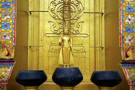 limosna: Limosnas del monje tazón en el fondo