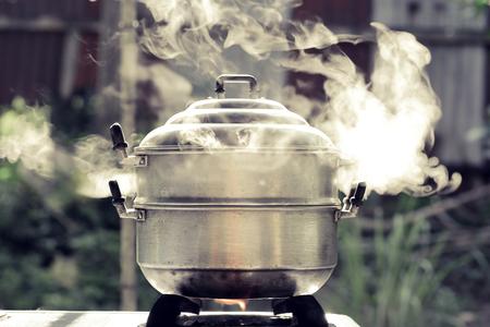 stoom over kookpot in de keuken Stockfoto