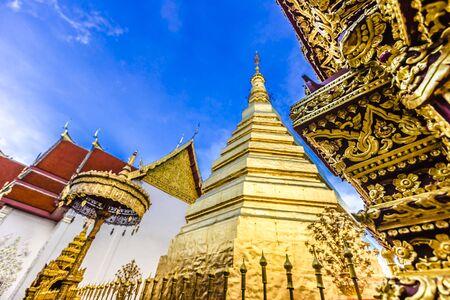 Wat Phra That Cho Hae, el Templo Real, es un antiguo templo sagrado en Phrae, Tailandia Foto de archivo