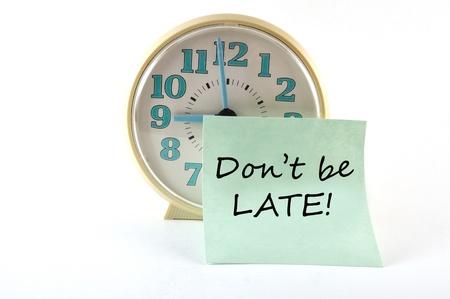 llegar tarde: Reloj con adhesivo no sea tarde. Concepto general Foto de archivo