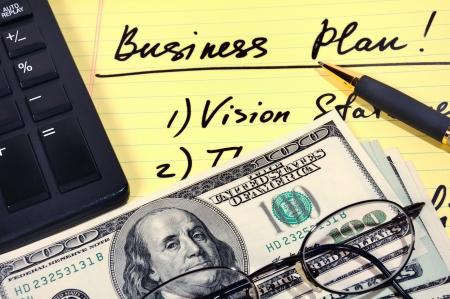 Business plan con i soldi, calcolatrice e penna. Archivio Fotografico - 10028615