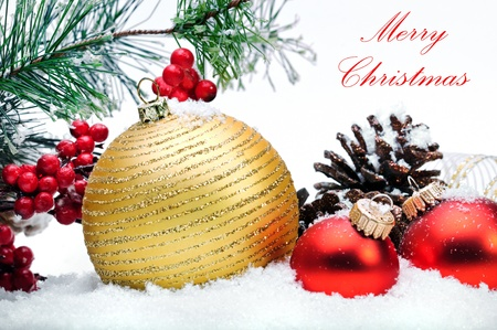 Close-up van decoratieve kerst ballen, strobile, hulst en de kerstboom op de sneeuw.