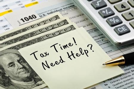 impuestos: Formularios de impuestos 1040 con la pluma, calculadora y dinero.