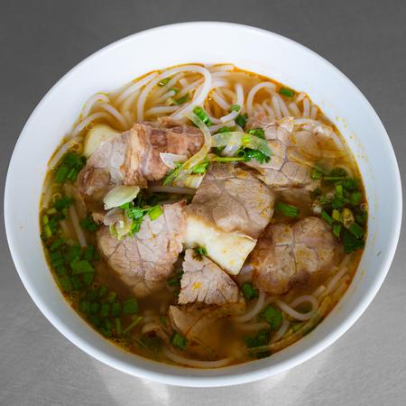 ベトナムに牛肉米麺 (ブン ボー フエ)。 写真素材