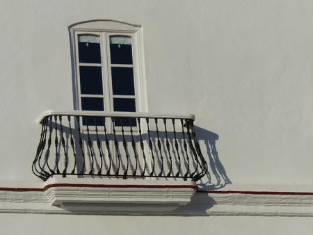 Een karakteristiek zwart ijzeren balkon van Cadiz in Andalusië in Spanje