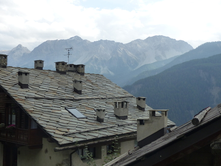 Detail of the roof of a chalet with small fireplaces with at the bottom of the Val di Suza mountains in Italy Banque d'images
