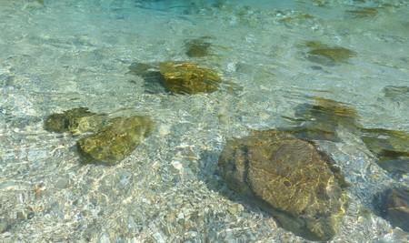 Pierres à l'intérieur de l'eau claire d'une rivière.