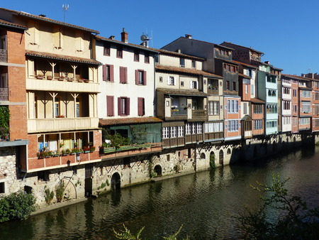 Colored houses on the river in Castres in southwestern France. 免版税图像