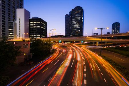 도쿄의 긴 노출 트래픽 장면