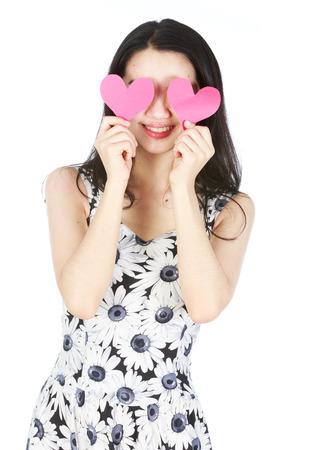 ojos hermosos: Se�ora joven con el papel en forma de coraz�n