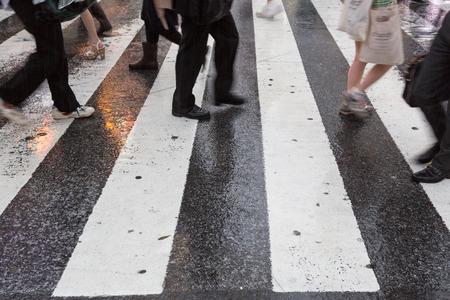 Zakenmensen kruis weg in de regen