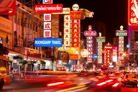 carro supermercado: Chinatown, Bangkok, Tailandia - alrededor de MAYO, 2015: Coches y tiendas en el camino de Yaowarat, la calle principal de la ciudad de China. Editorial