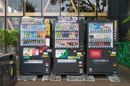 OSAKA, JAPAN - CIRCA APRIL, 2016: Automaten van verschillende bedrijven in Osaka. Japan heeft het hoogste aantal automaten per hoofd van de bevolking in de wereld bij ongeveer een tot drieëntwintig mensen. Redactioneel