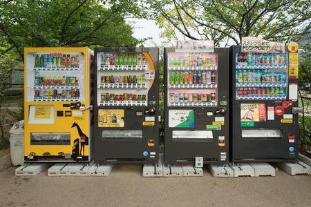 OSAKA, JAPAN - CIRCA APRIL, 2016: Automaten van verschillende bedrijven in Osaka. Japan heeft het hoogste aantal automaten per hoofd van de bevolking in de wereld bij ongeveer een tot drieëntwintig mensen.