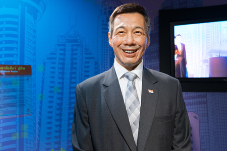 BANGKOK, THAILAND - CIRCA August, 2015: Wax figure of the famous Singapore prime minister from Madame Tussauds, Siam Discovery, Bangkok 免版税图像 - 56689117