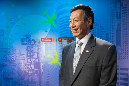 BANGKOK, THAILAND - CIRCA August, 2015: Wax figure of the famous Singapore prime minister from Madame Tussauds, Siam Discovery, Bangkok 免版税图像 - 56689259
