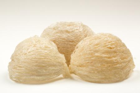 白い紙の上の新鮮な食用の鳥の巣