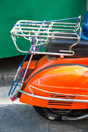 vespa piaggio: Primo piano su arancione ruota vespa d'epoca