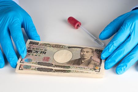 dinero falso: dinero en la mano