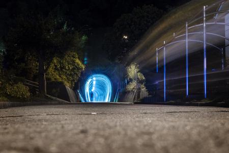 青の洞門の軽量と光跡、日本で抽象的なシルエットの夜景 写真素材