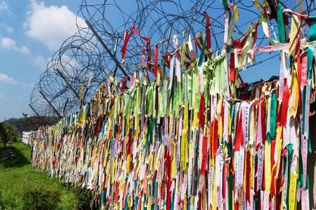 비무장 지대의 담장에 묶인 평화의 표시로 수백만 개의기도 리본이 자유의 다리, 한국, 아시아에서 DMZ
