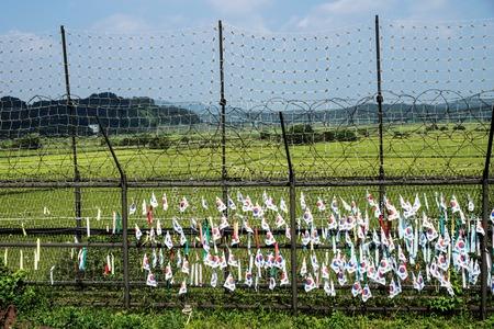한국의 국기와 리본은 녹색 비무장 지대에서 울타리에 자유의 다리, 한국, 아시아에서 DMZ 스톡 콘텐츠 - 89508509