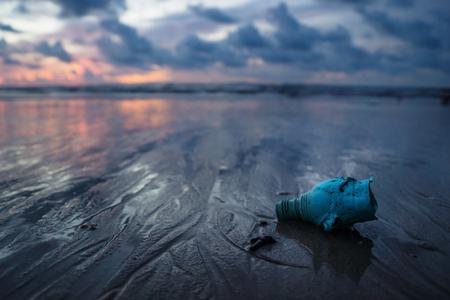 Plastikflasche, Müll und Abfall, der den Ozean am Strand während des Sonnenuntergangs, Koh Lanta, Thailand verunreinigt Standard-Bild - 89276590