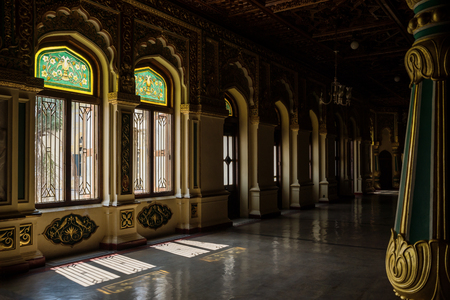 Decorated windows with gold of Mysore Palace with shadows, Mysore, India Éditoriale