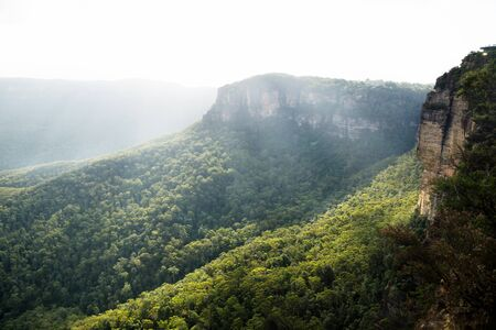 Sunrays over the Blue mountains at three sisters rock formation during sunset, Katoomba, New South Wales, Australia Stok Fotoğraf