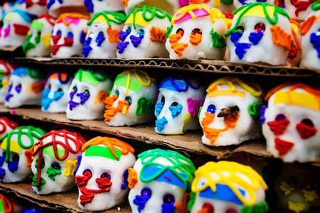 Dulces mexicanos de calaveras de azúcar con una abeja, calaveras, tradicionalmente utilizados para los días de los muertos, halloween en el mercado de Mérida, México