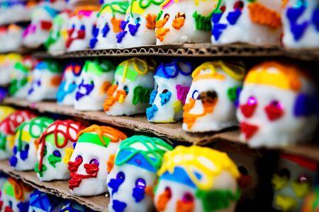 Dulces mexicanos de calaveras de azúcar, calaveras, tradicionalmente utilizados para los días de los muertos, halloween en el mercado de Mérida, México Foto de archivo