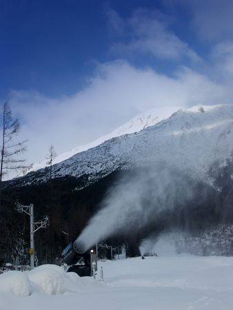 ski traces: Snowmaking machine in action