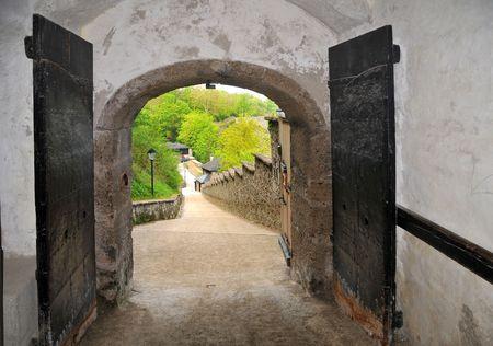 tocar la puerta: La vieja puerta en el castillo Hohensalzburg abrir nunca.