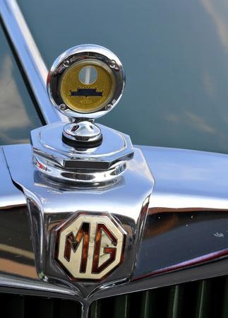 expositor: Coche antiguo Rallye Tatry - carrera internacional, Eslovaquia-insignia de auto 2009:GM de agosto en la carrocer�a de un veh�culo GM cosecha.