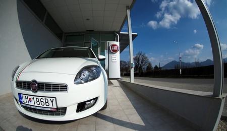 sedící: Liptovský Mikuláš,Slovakia-April 2011:Fiat Shop  . Fiat Automobiles S.p.A. is an Italian automaker which produces Fiat branded cars, and is the largest automobile manufacturer in Italy. Redakční