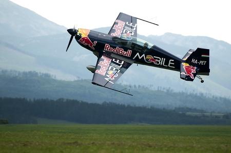 altos tatras, Eslovaquia-junio 2011: show aero 2011 poprad - rojo de p�ter besenyei-equipo de Toro, agosto de 2011 Foto de archivo - 10559141