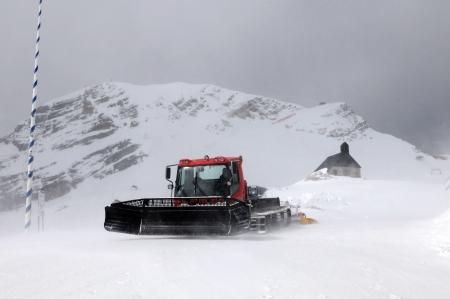 snowcat: Garmisch-Partenkirchen Germany Mai 2013:Top of the Zugspitze