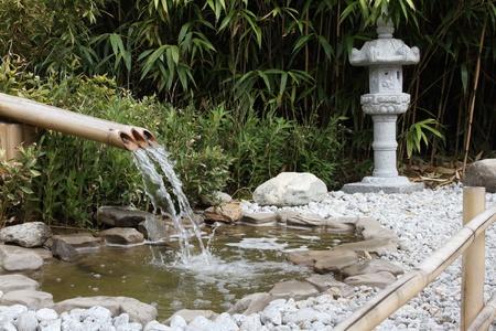detalles de una fuente de bamb� con una linterna Foto de archivo