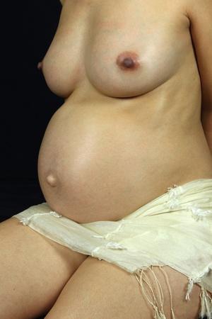 detalles de una mujer embarazada aislada en negro
