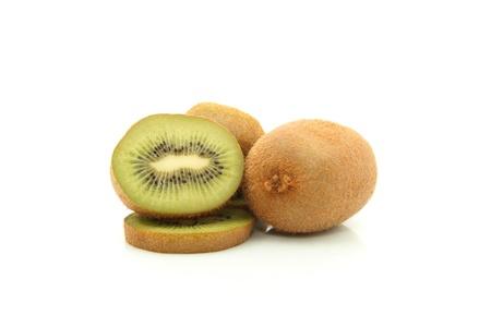 kiwi fruta: detalles de un kiwi aislado en blanco
