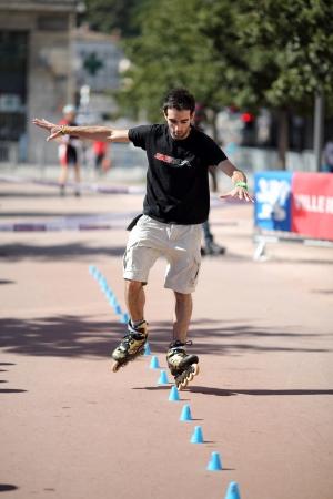 slalom: Lyon, Francja 22 września 2013 Szczegół cesji wystawy freestyle slalom w skate inline Publikacyjne