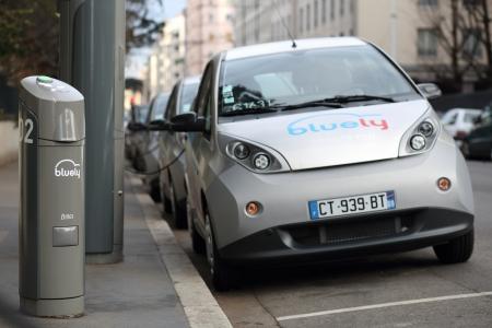 Lyon, Francia. 18 de diciembre 2013. Detalles de un nuevo concepto en lyon, bluely coche compartido el�ctrico.