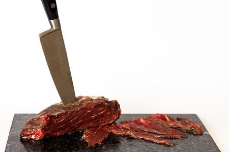 まな板: まな板ボード上のフィレ肉のステーキ