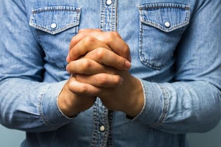 orando manos: Trabajadores de cuello azul rezando