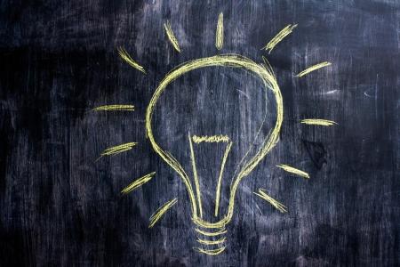 id�e lumineuse: Blackboard ayant brillante id�e, le dessin d'ampoule