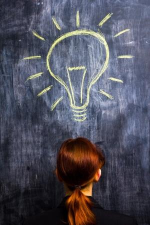 id�e lumineuse: affaires rousse au tableau noir ayant id�e lumineuse Banque d'images
