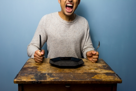 자신의 저녁 식사를 위해 비명을 배고픈 사람